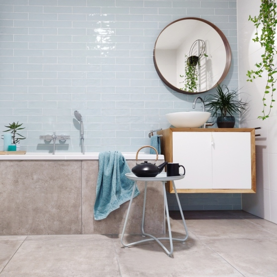 De lichtblauwe tegels geven de badkamer een frisse uitstraling