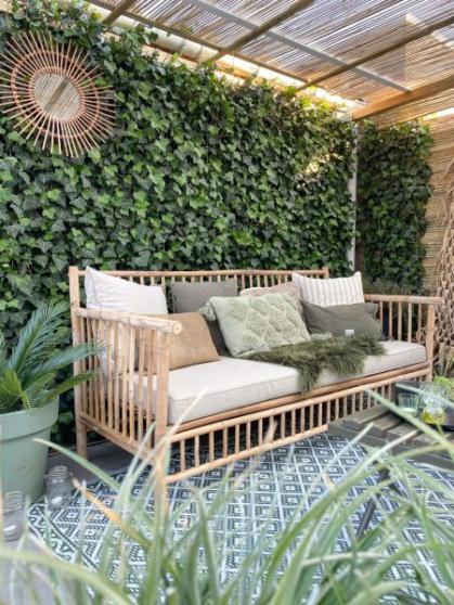 De bamboe bank zorgt voor wat meer sfeer en warmte in de tuin