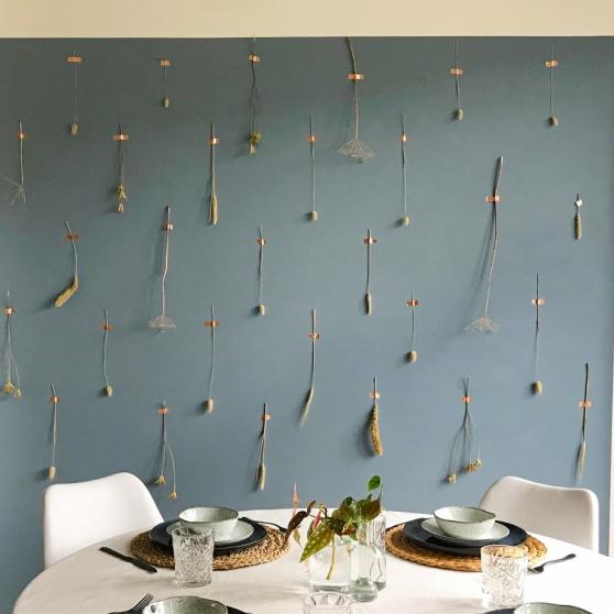 Droogbloemen op een gekleurde muur