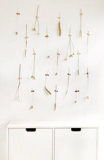 De droogbloemen vormen samen een mooi kunstwerk voor aan je muur