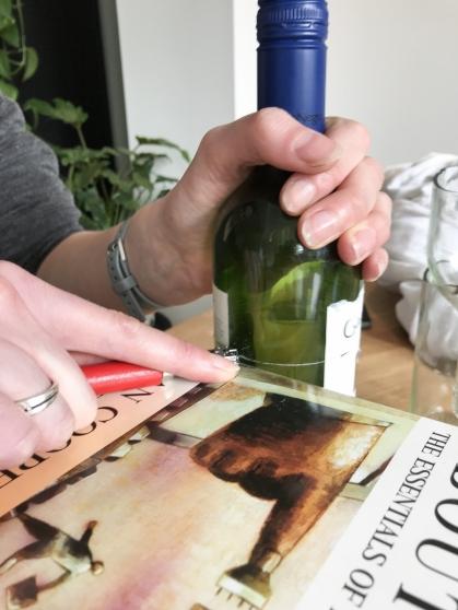 Duw hard op je glassnijder en draai met je andere hand de fles rond