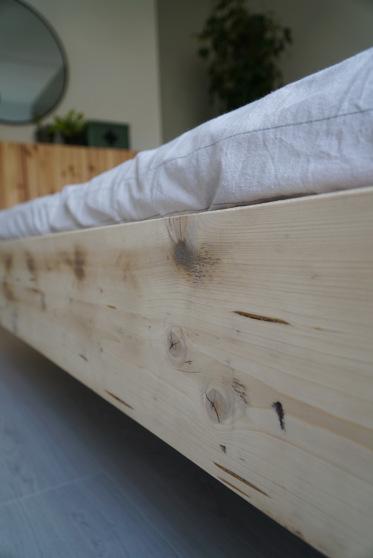 Het hout is voorzien van een matte lak, waardoor de natuurlijke kleur behouden blijft