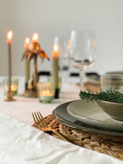 Door de rustige basis valt het servies extra op aan tafel