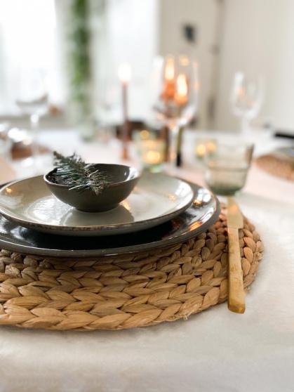 Door natuurlijke materialen als waterhyacint toe te voegen, zorg je voor een warme sfeer aan tafel