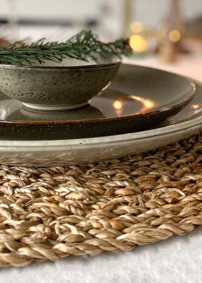 Mooie combi: groen en grijs aardewerk en een placemat van  zeegras