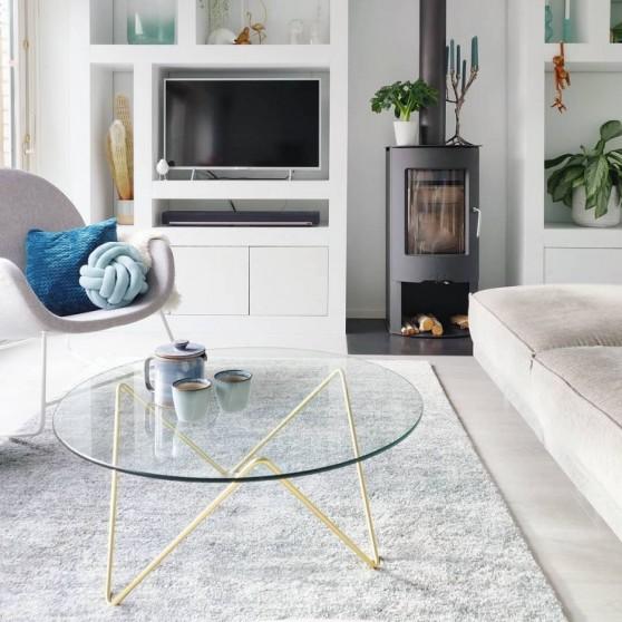 Door te kiezen voor een glazen tafel, oogt de woonkamer niet te vol