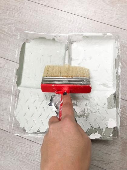 Zet de blokkwast in 2 bakjes verf tegelijk
