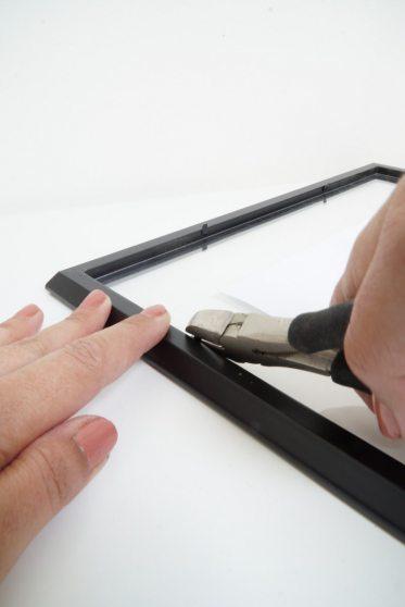 Knip met het tangetje voorzichtig de metalen stukjes af