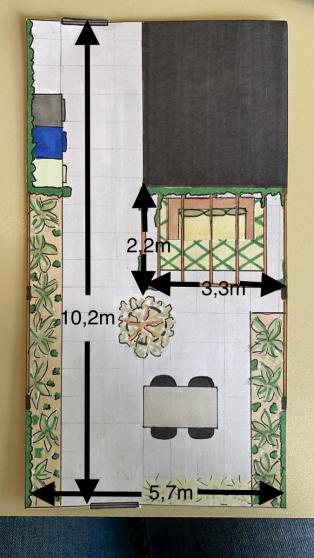 Dit ontwerp is uiteindelijk nog aangepast: in de linker border liet ik de tegels doorleggen waardoor ik een extra zitje creëerde.