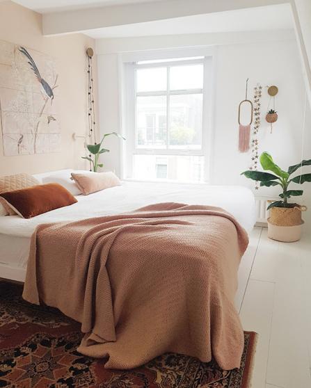 Ook in de slaapkamer komen de terra- en aardetinten terug