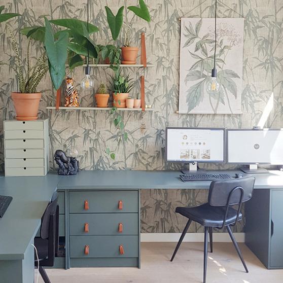 De werkkamer is gehuld  in een botanisch tintje