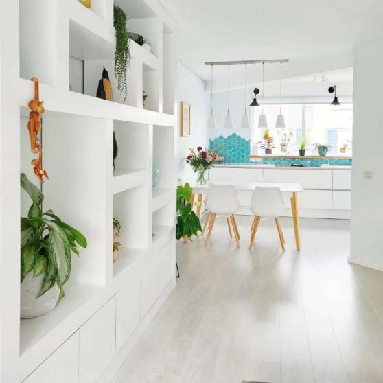Doorkijkje van de woonkamer naar de keuken