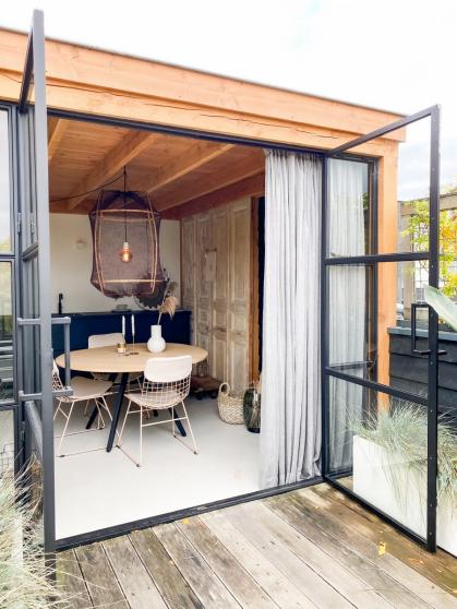 De natuurlijke materialen zorgen voor een aangename sfeer in het tuinhuis