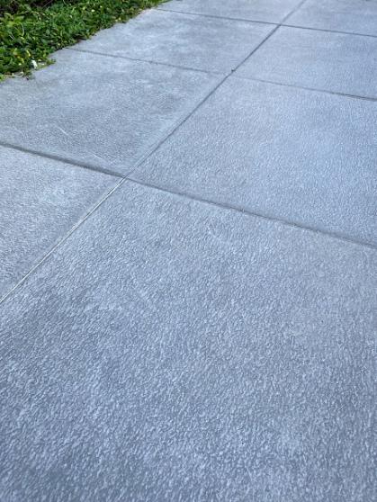 Een close-up van de betongrijze (keramische) tuintegels