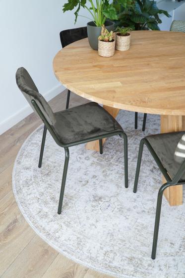 Kleed Lago past perfect bij de legergroene stoelen