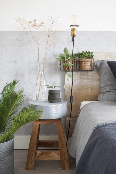 Een behang met betonlook, hout en metaal zorgen voor een stoer geheel