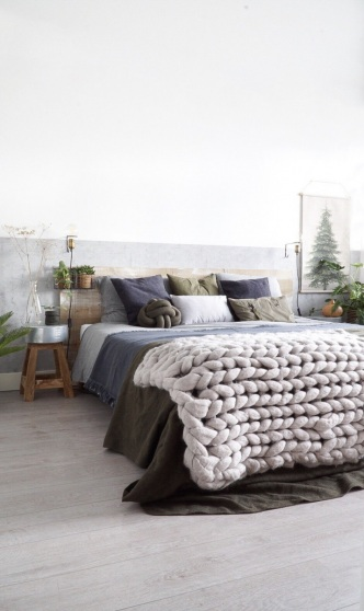 Hout, wol en jute zorgen voor meer sfeer  in een industriële slaapkamer